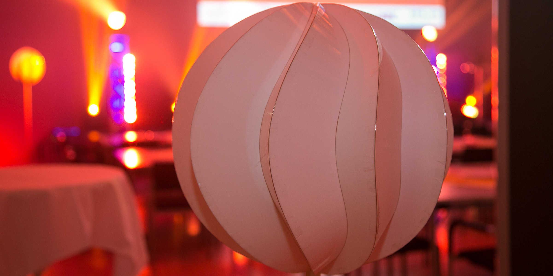 Heute: Karton. In Zukunft: Ebene Dünnglasplatten, die durch das Kleben aneinander gebogen werden. (Foto: Klaus Morgenstern)