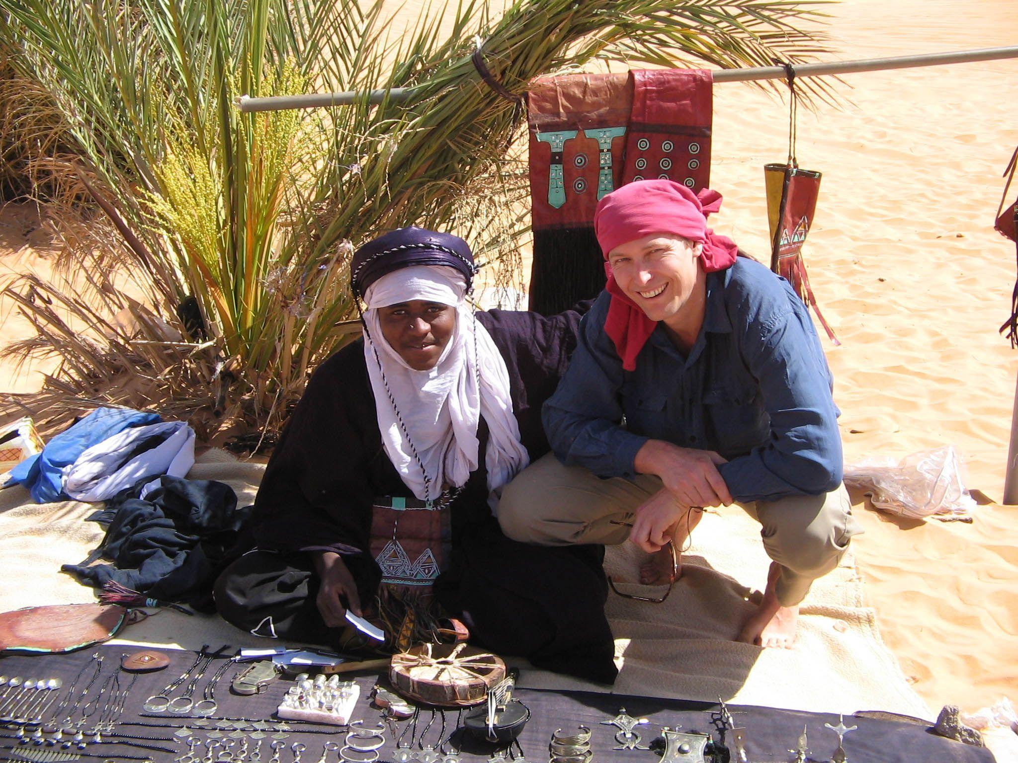 Harald A. Friedl mit einem Tuareg-Händler.