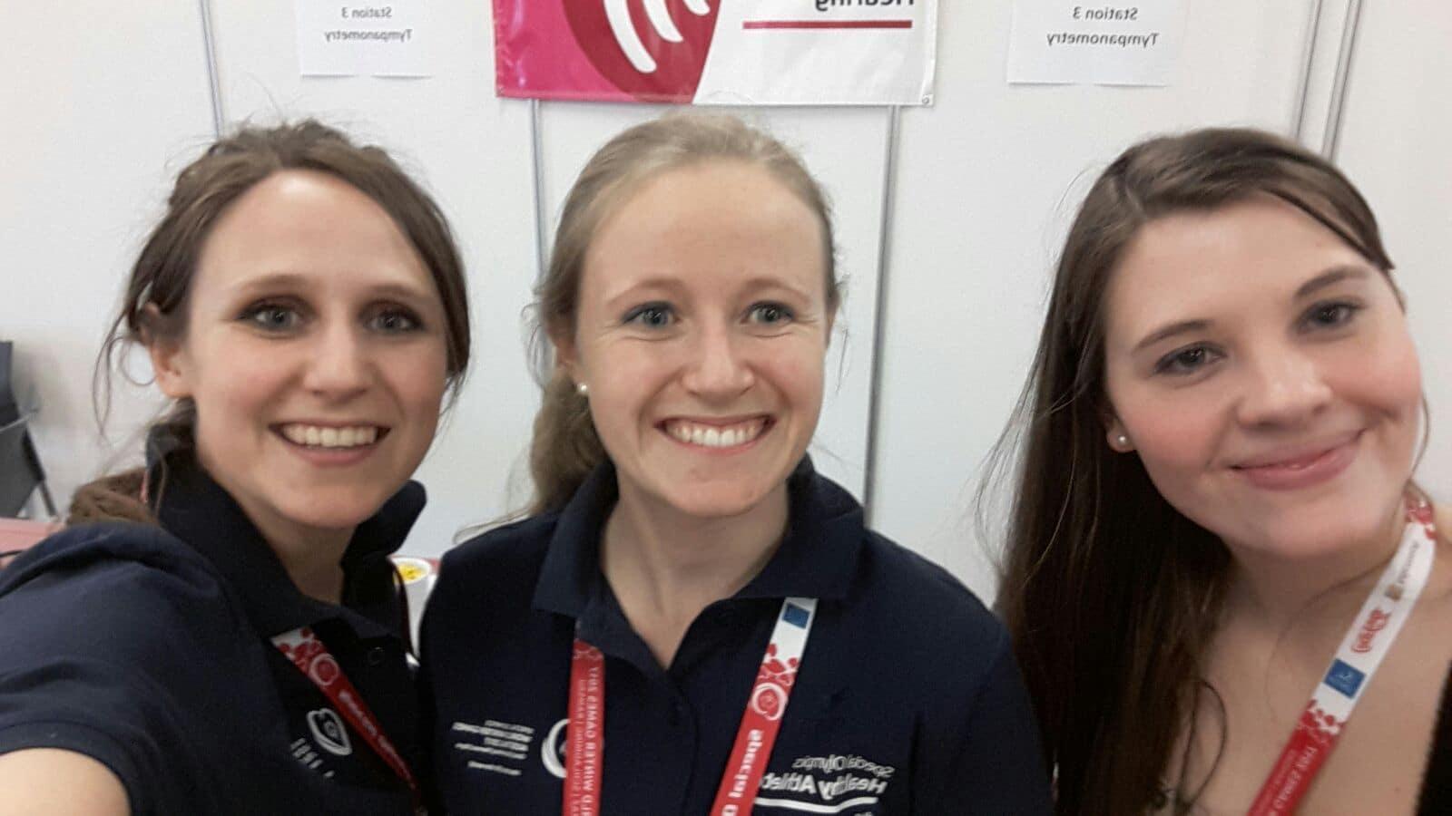 Clinical Directors des Healthy Hearing Program Anna Schwingshackl (links) und Claudia Neudeck (Mitte) mit Praktikantin Leonie Terhardt (rechts)