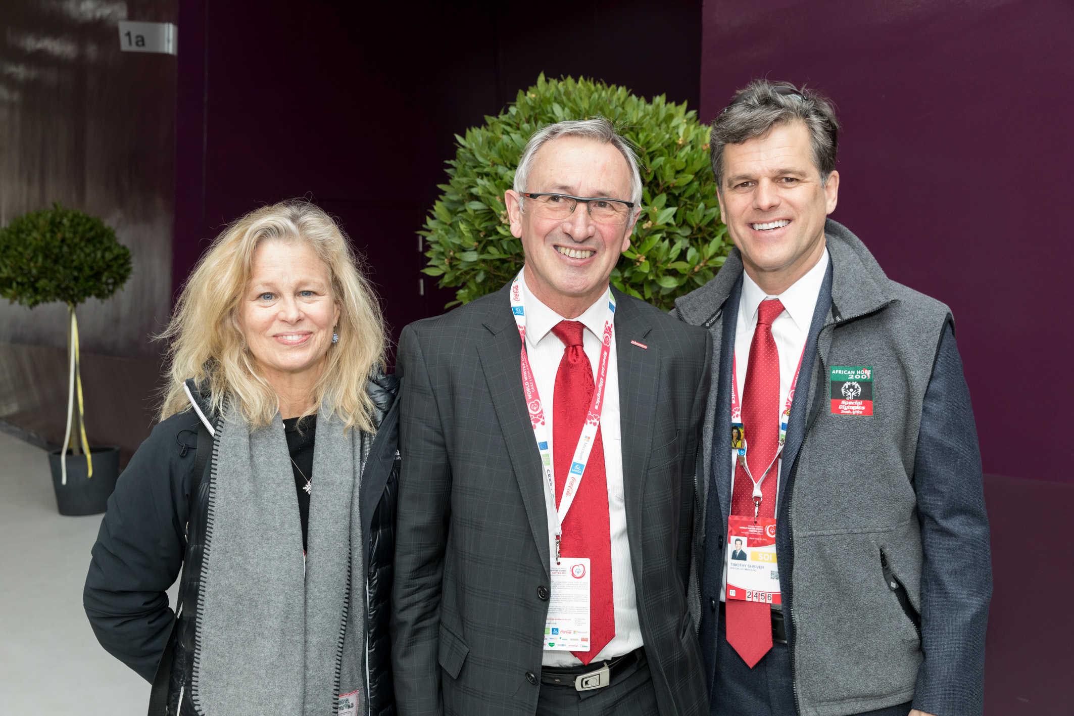 Rektor Karl Peter Pfeiffer (Mitte) mit Timothy Shriver, Präsident der Special Olympics, und seiner Frau Linda Potter bei der Eröffnungsfeier der World Winter Games in der Steiermark. (© Harry Schiffer)