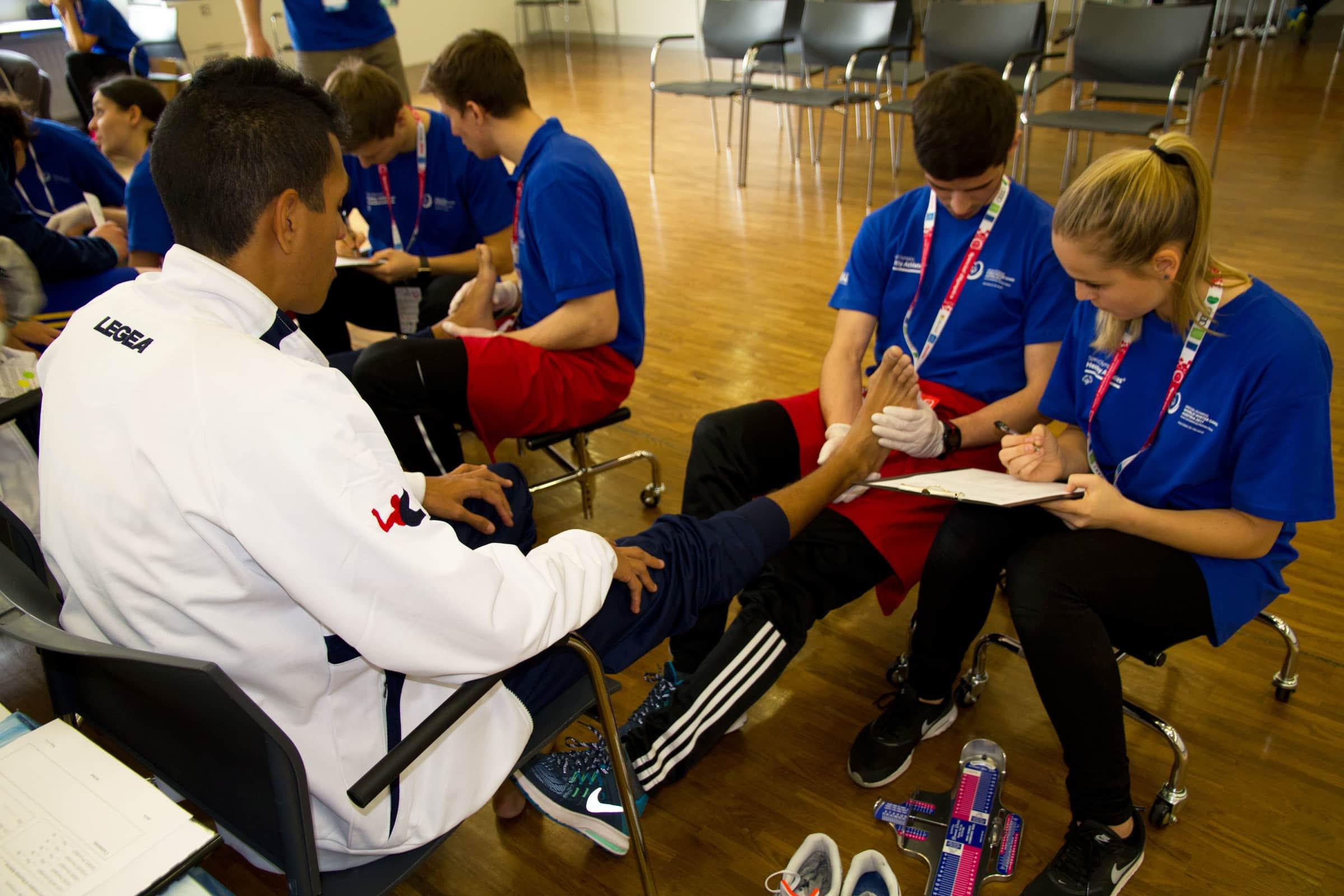 Mehr als 350 Studierende und MitarbeiterInnen der FH JOANNEUM checken beim Healthy Athletes Program die Gesundheit der SportlerInnen. (© FH JOANNEUM)