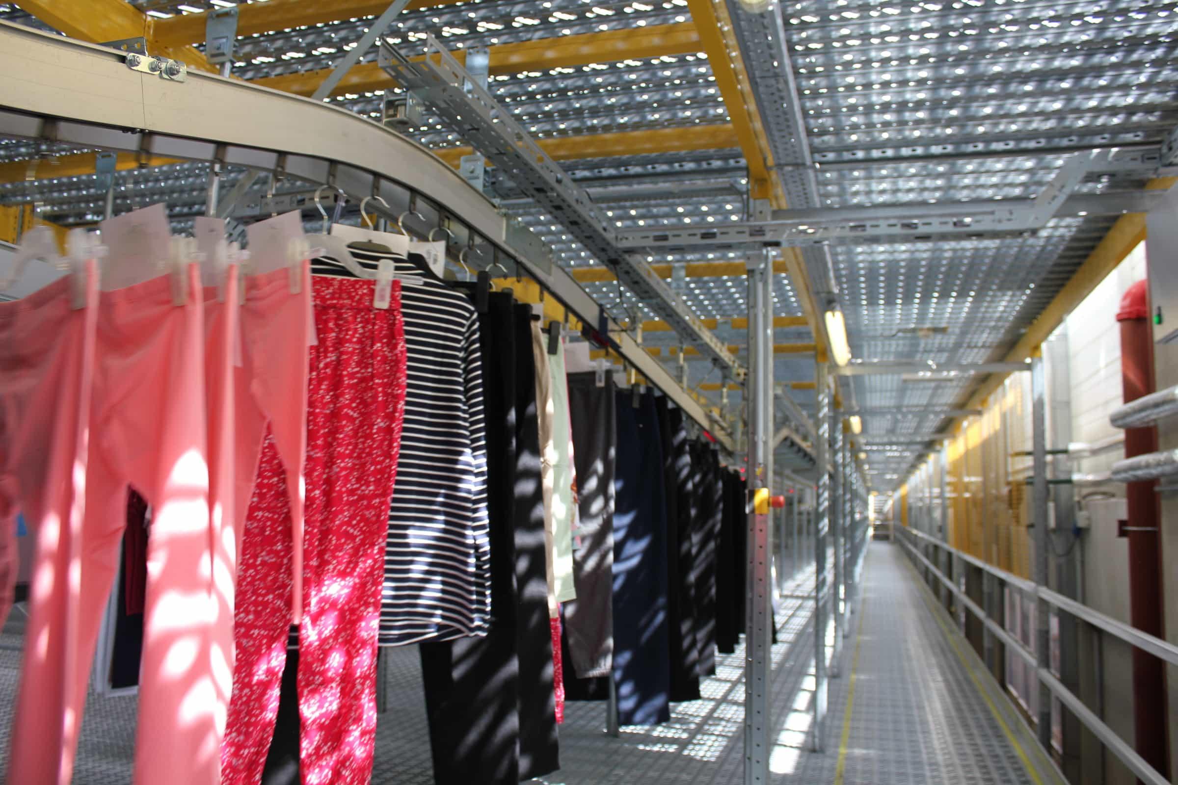 Lagerhalle mit Kleidern, Hosen, Jacken, etc.