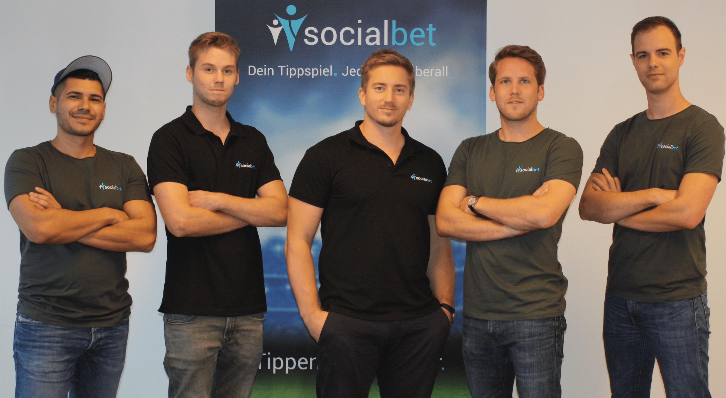 Philip Peinsold und Paul Polterauer mit dem Team von thesocialbet.