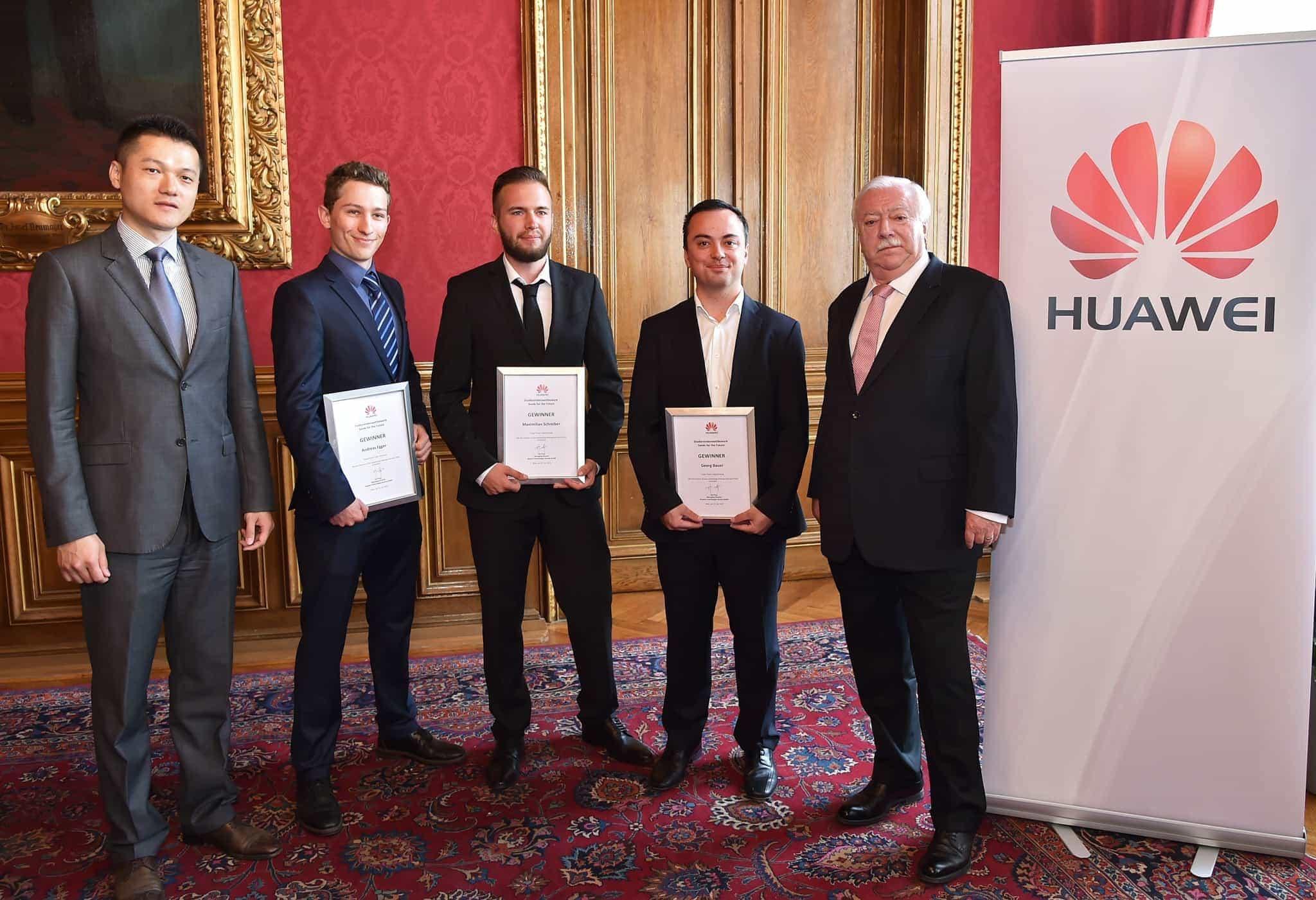 Bürgermeister Michael Häupl und Jay Peng, CEO Huawei Österreich, gratulieren den Studierenden der FH JOANNEUM Georg Bauer, Andreas Egger und Maximilian Schreiber.