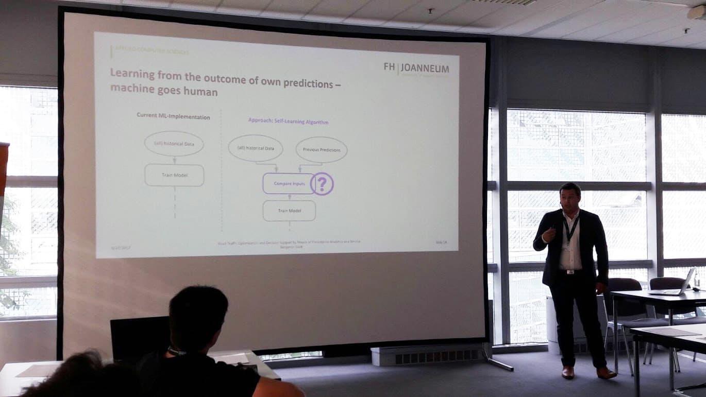 Präsentierender Mann mit Powerpoint im Hintergrund