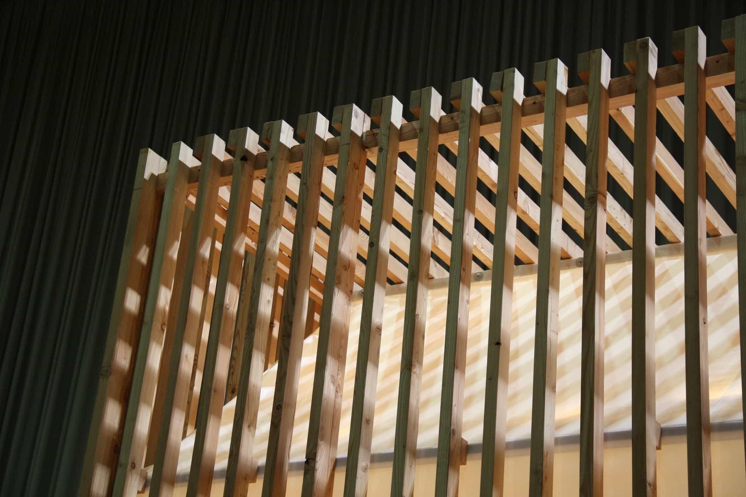 Ein Holzmodell einer Hütte.