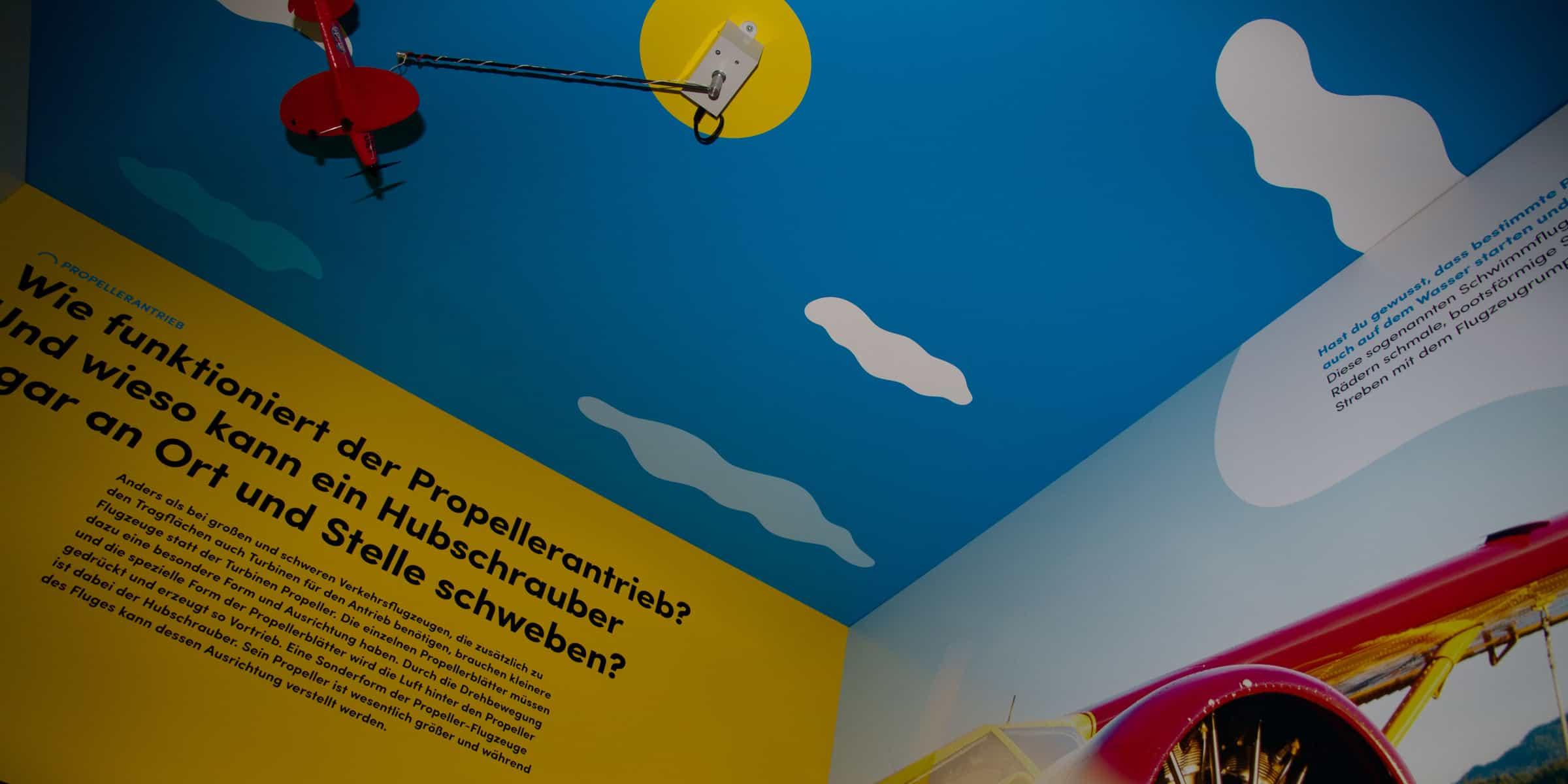 Das Propeller-Flugzeug an der Decke wird mittels Lichtsensoren angetrieben.