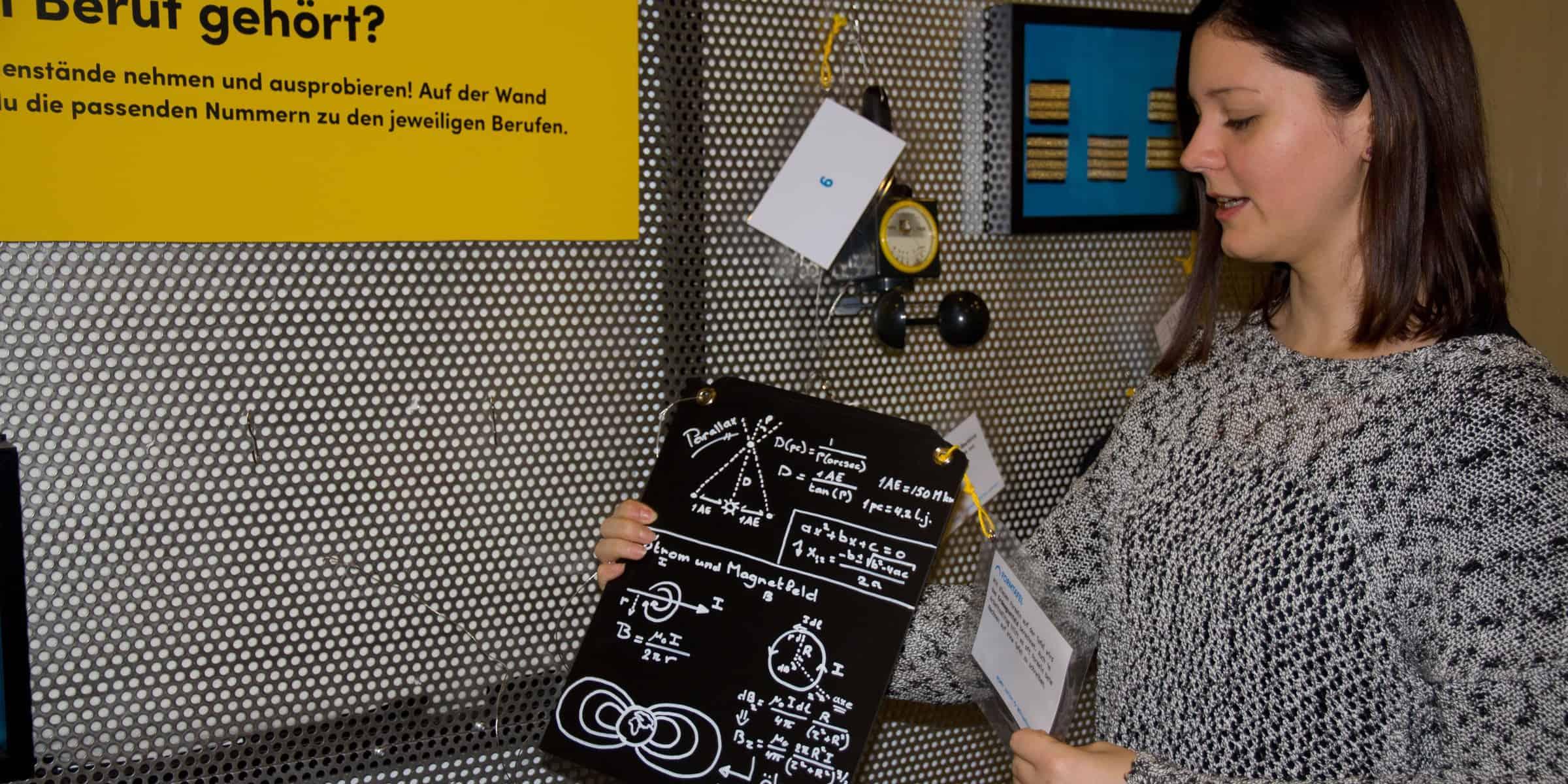 """Christina Hamedinger mit der Formtafel bei der Station """"Menschen dahinter"""" ."""