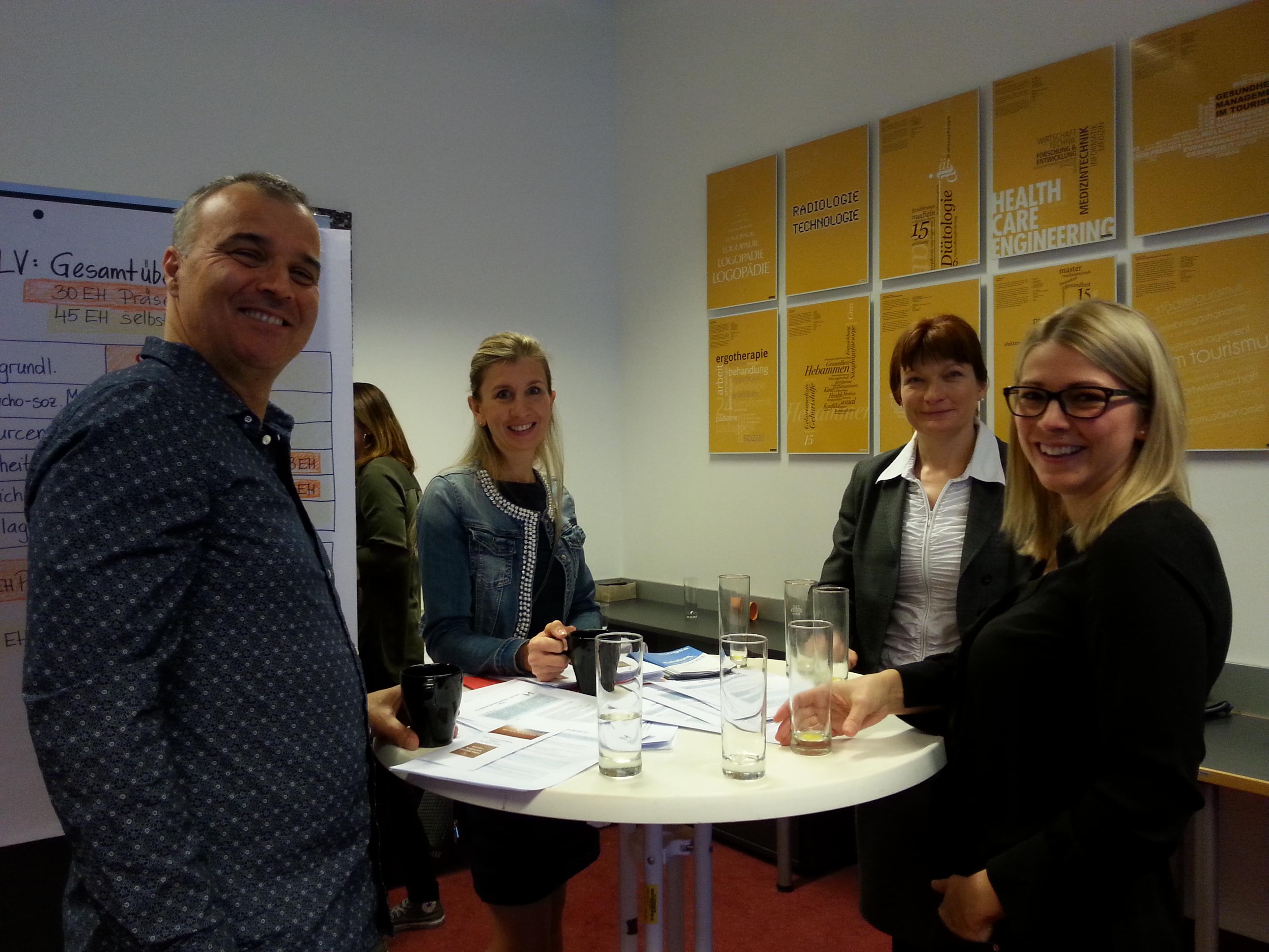Gert Enzi, Christine Kogler, Sabine Proßnegg und Bettina Folli bei einer Marktstanddiskussion.