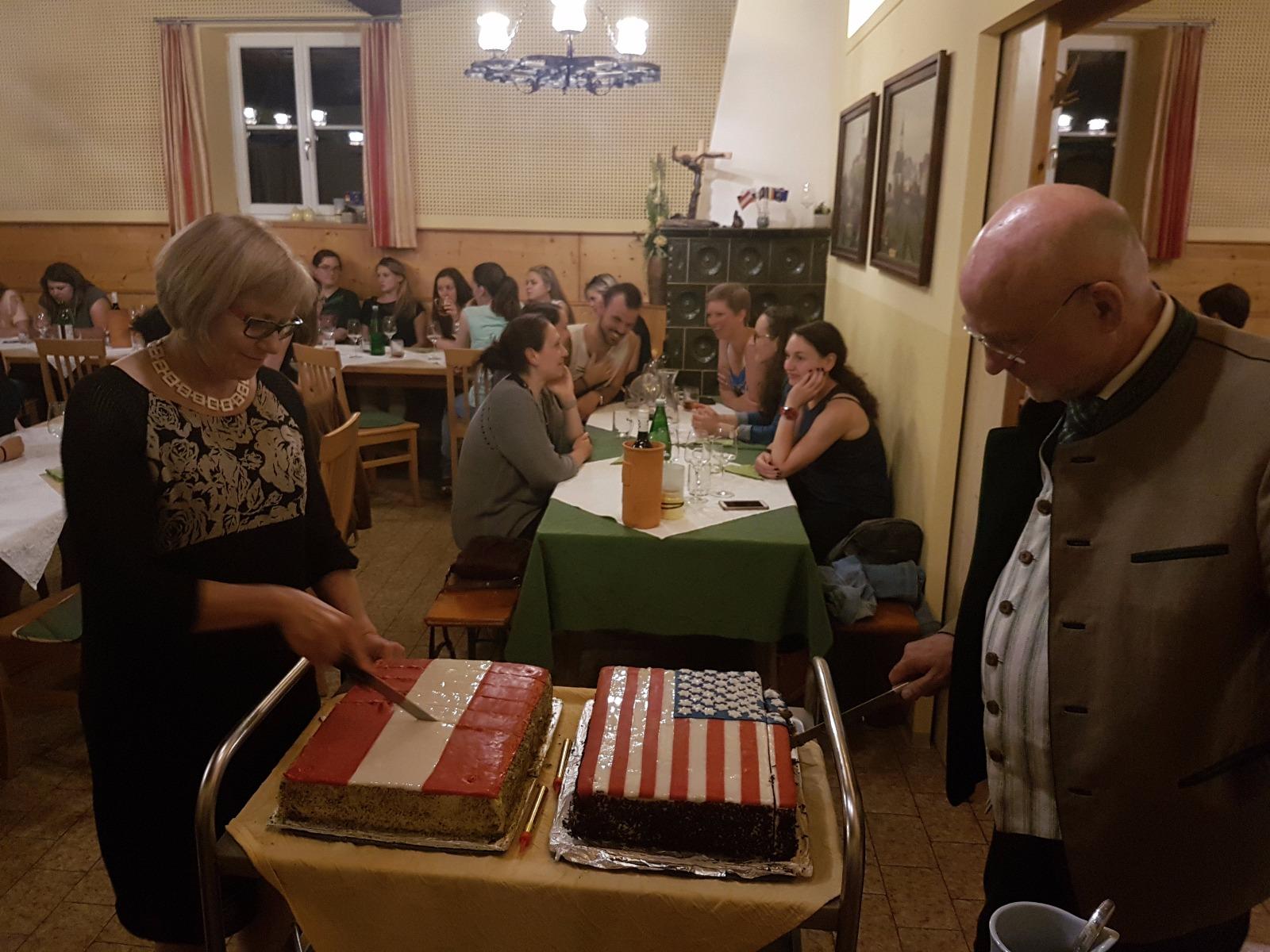 Die Geburtstagstorte mit Programmleitern James Miller und Elisabeth Fattinger.