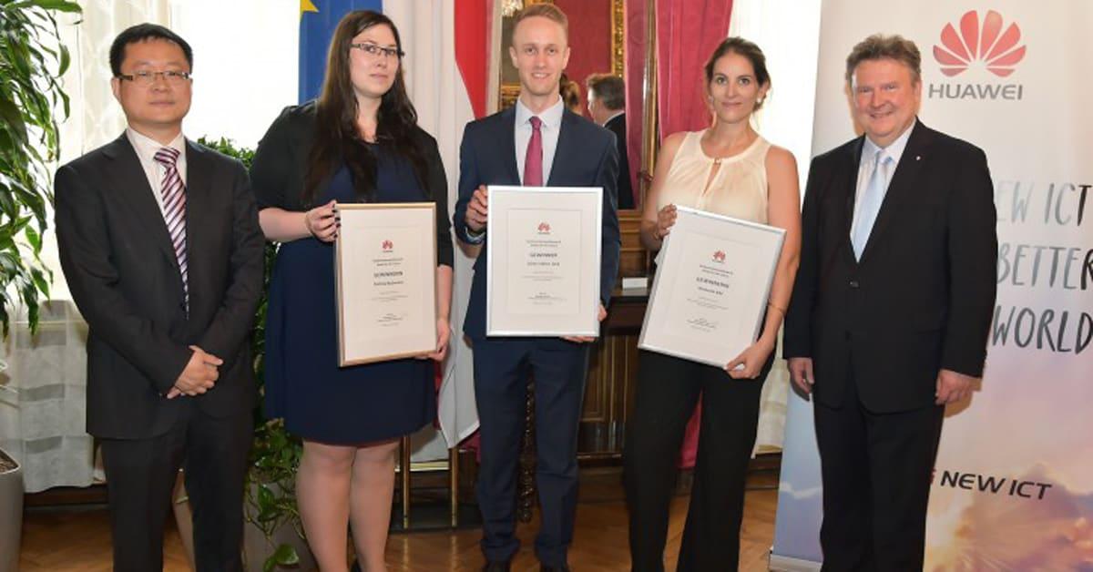 Die drei Studierende mit Urkunden gemeinsam mit PAN Yao und Michael Ludwig.