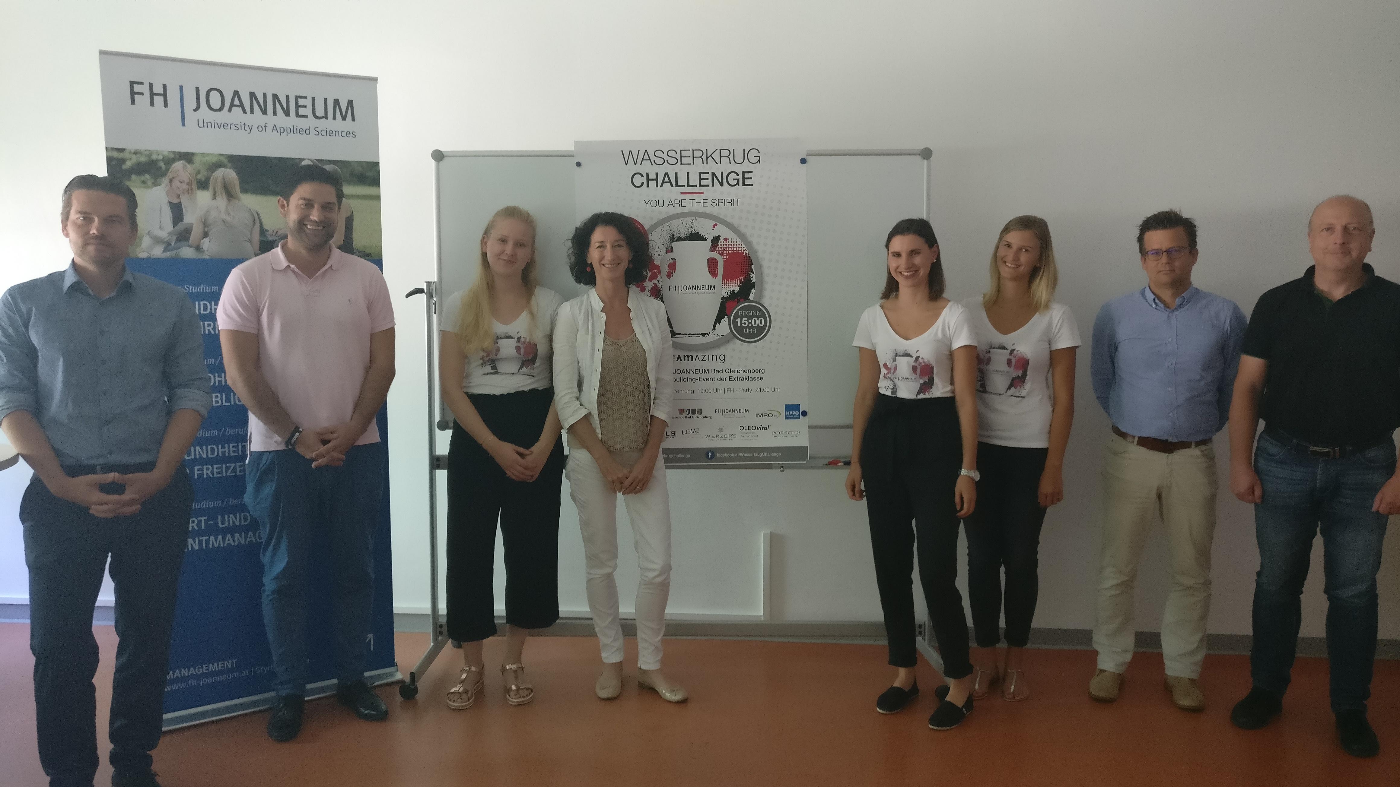 Studierende vor einem Plakat