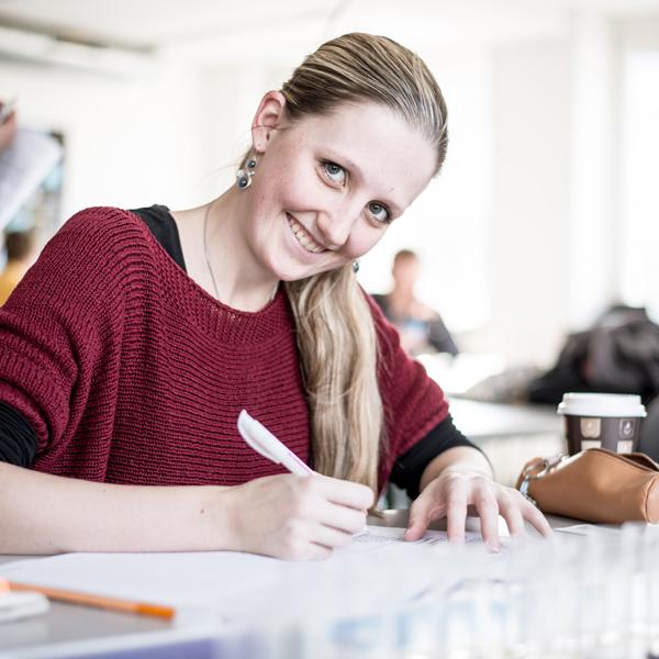 Ein Mädchen mit Stift in der Hand - das bin ich.