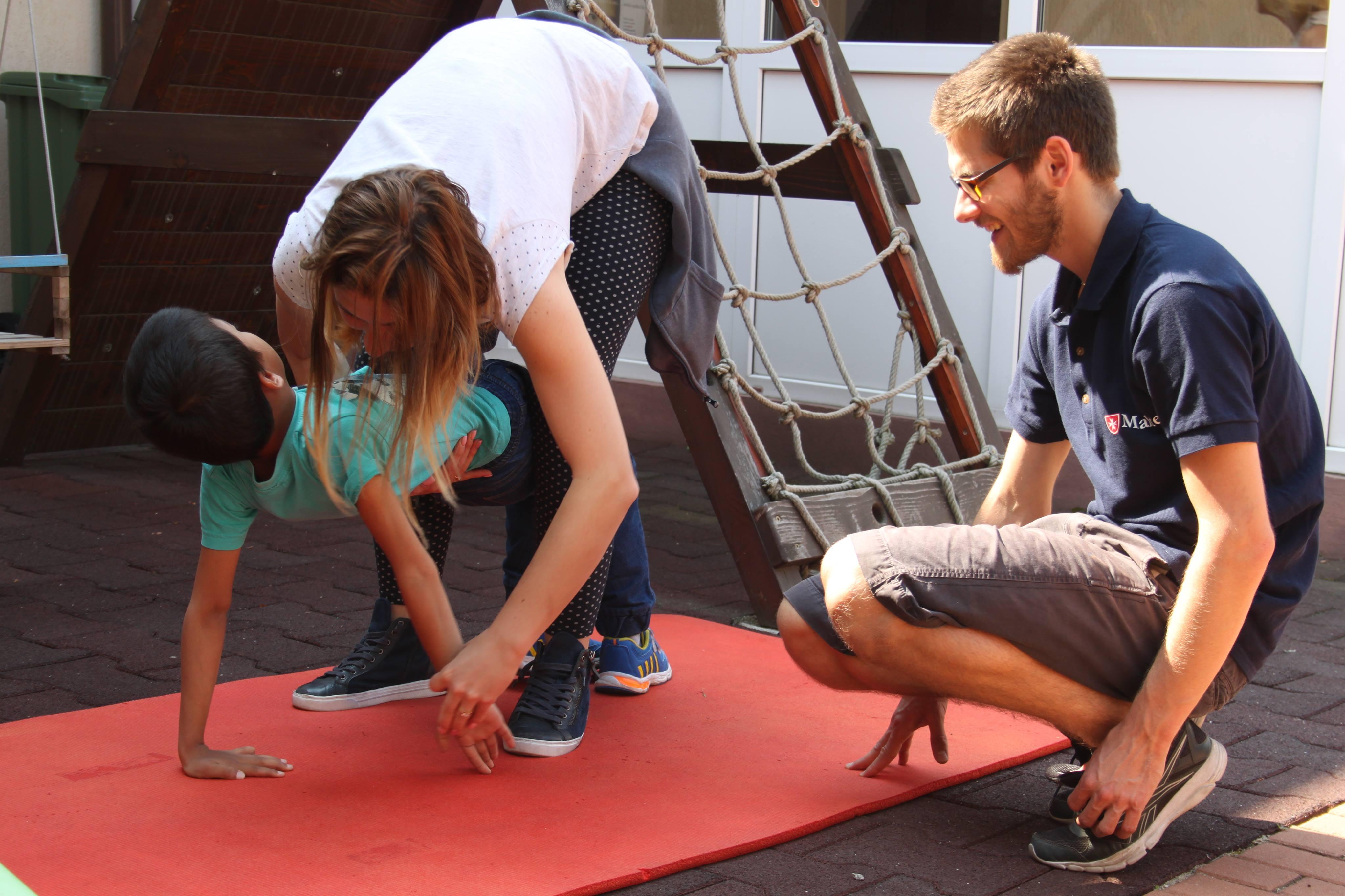 Anselm Herold bei seinem Praktikum in einem Tageszentrum für Kinder mit Behinderung.