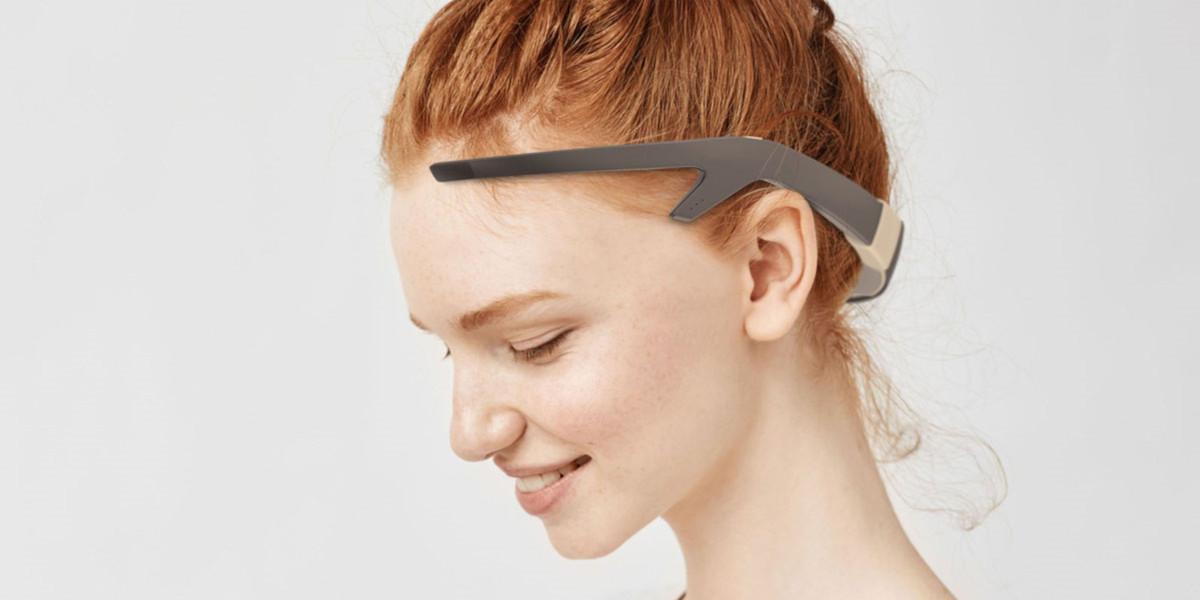 REY kann wie ein Headset auf dem Kopf getragen werden.