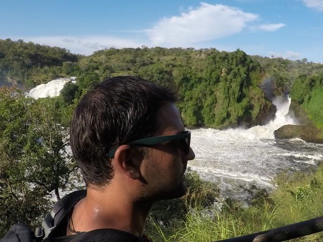 David Rumetshofer blickt auf einen Nationalpark in Uganda.