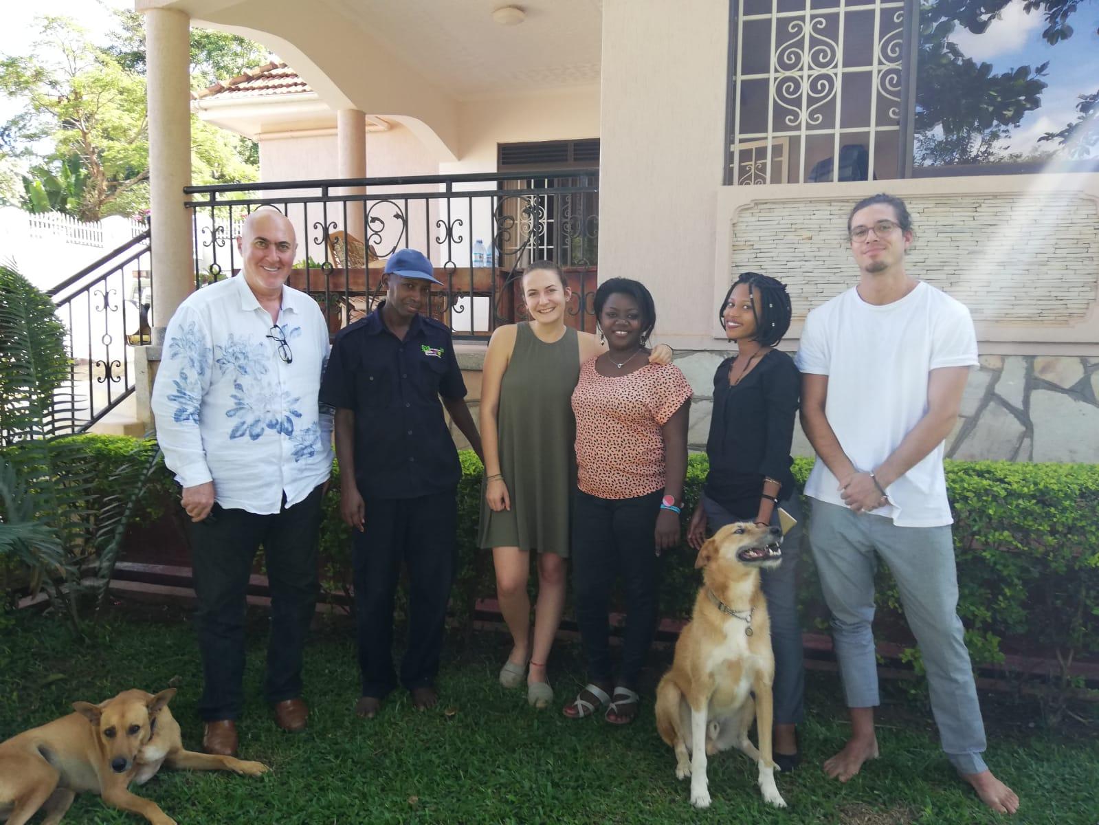 Celine Raffling (Mitte) zusammen mit ihren Mitbewohnerinnen und Mitbewohnern, Arbeitskolleginnen und Arbeitskollegen sowie zweien ihrer vier Hunde.