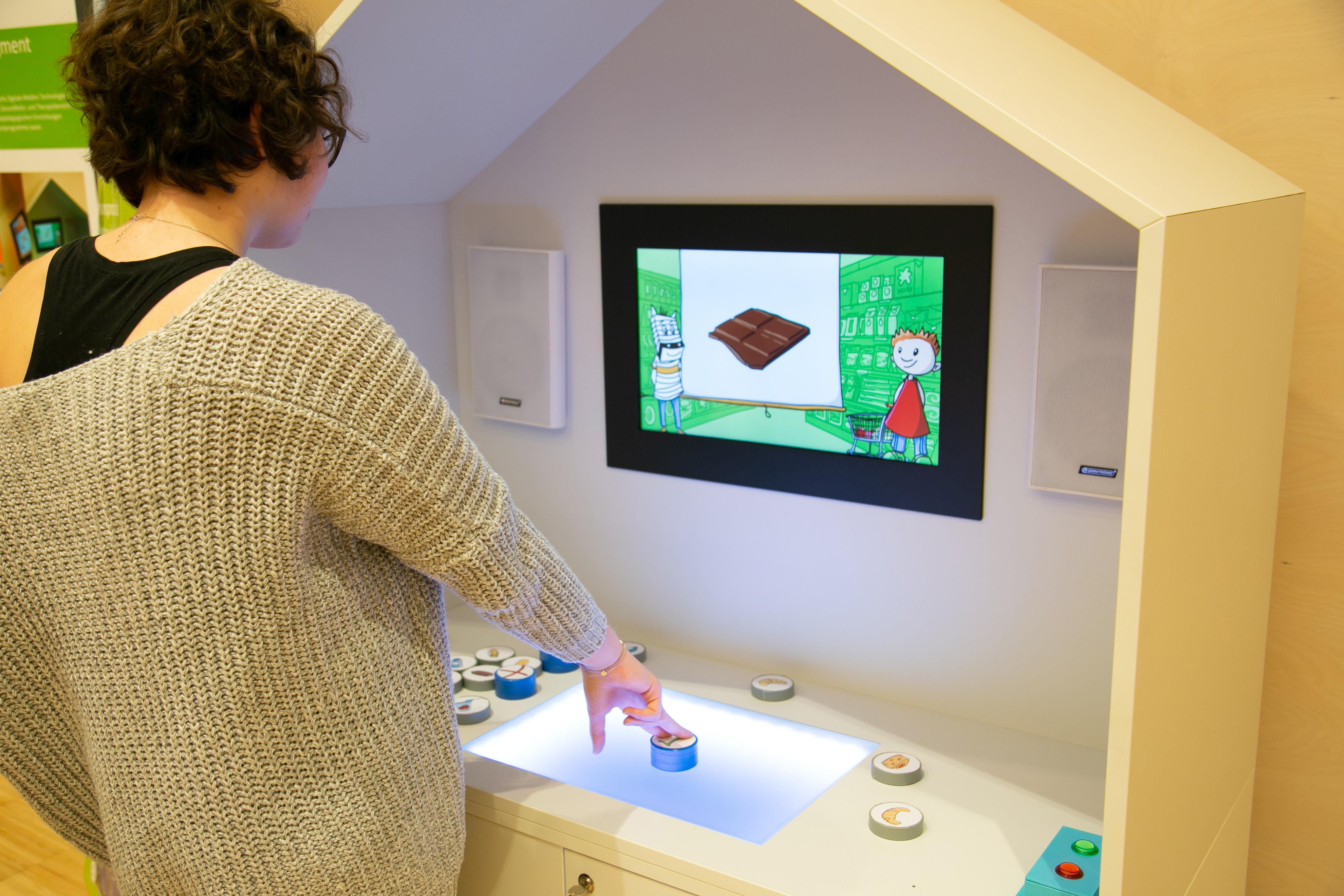 Person vor einem interaktiven Spiel.