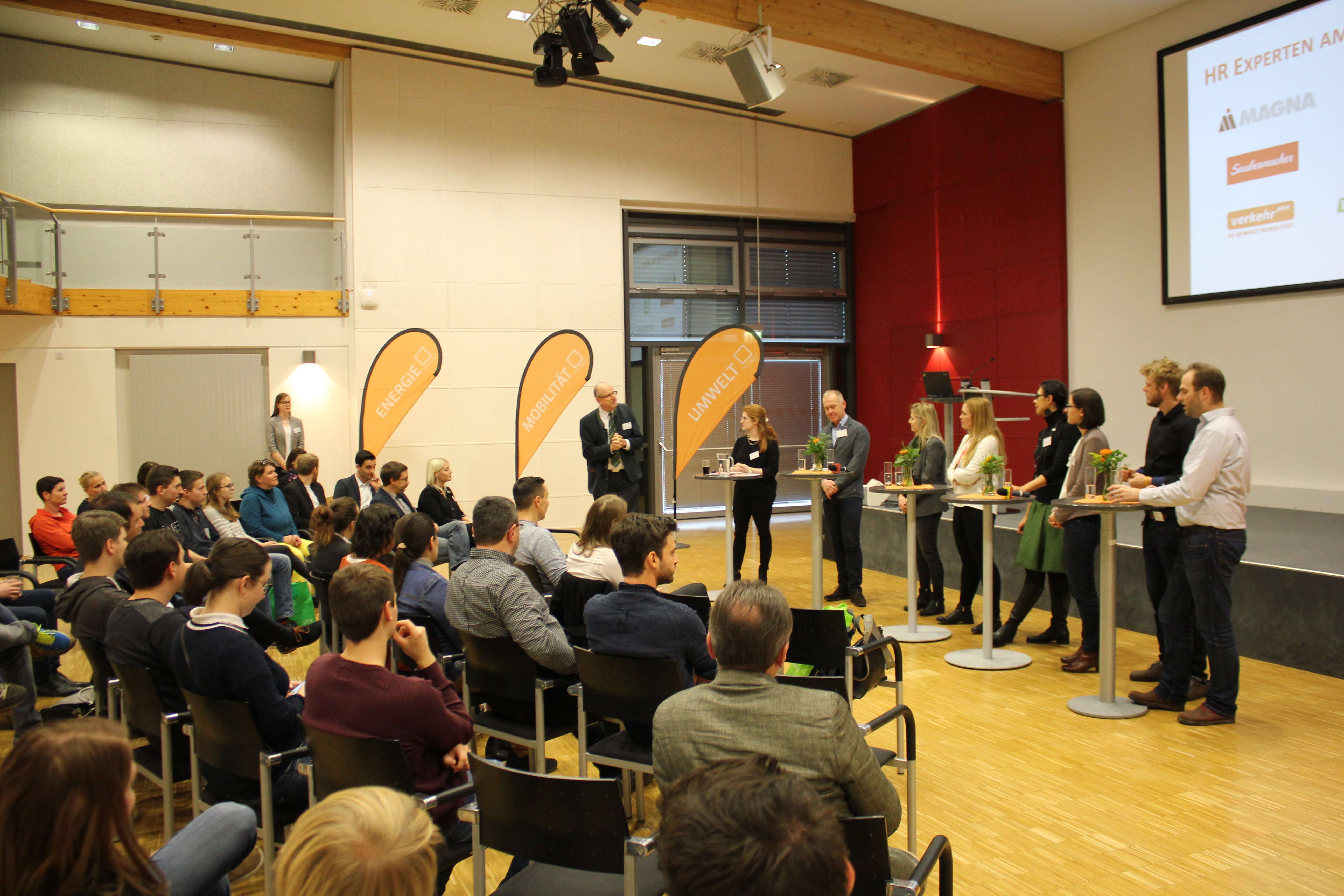 Studierende und Unternehmer diskutieren über Jobperspektiven.