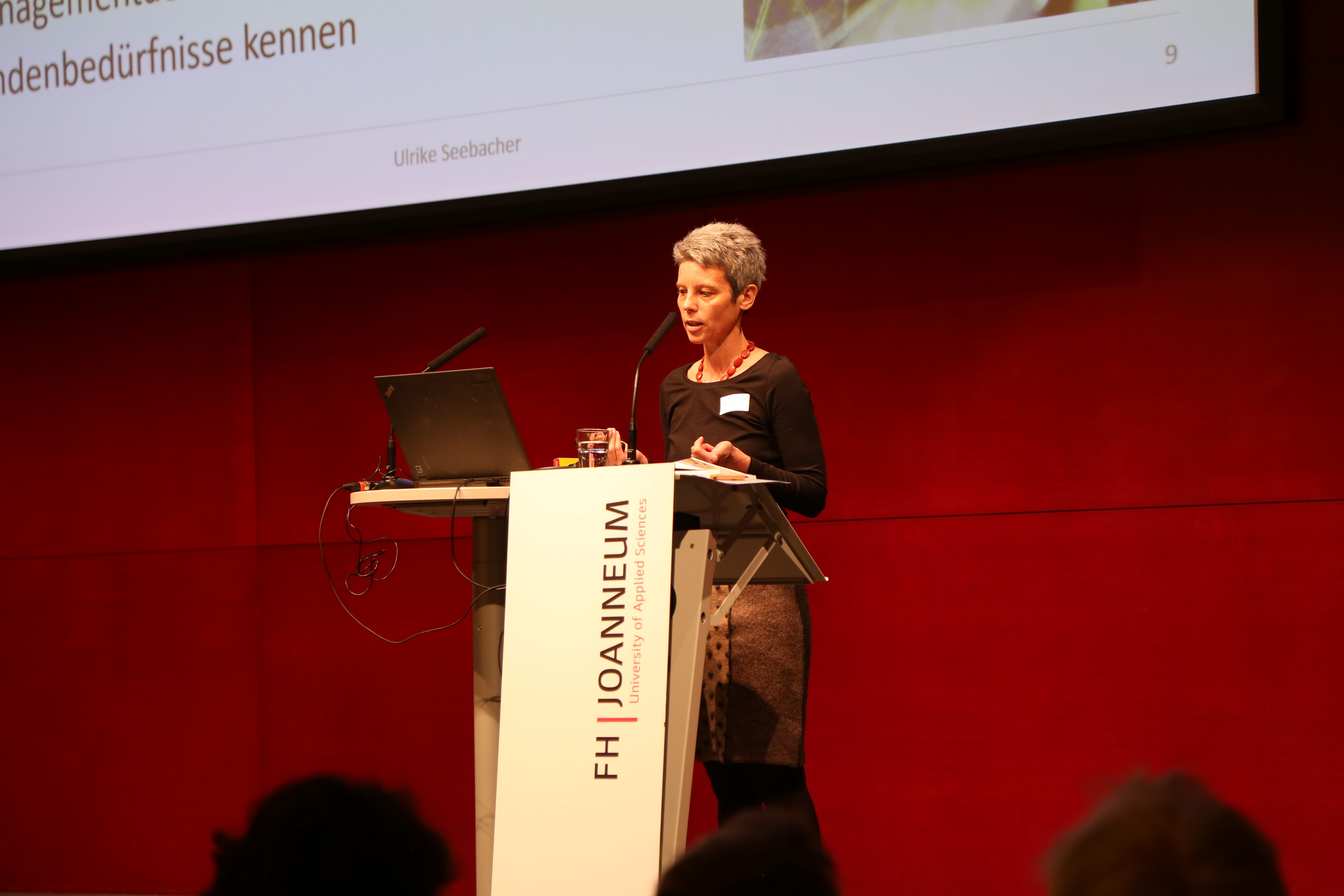 Ulrike Seebacher bei der Veranstaltung an der FH JOANNEUM.