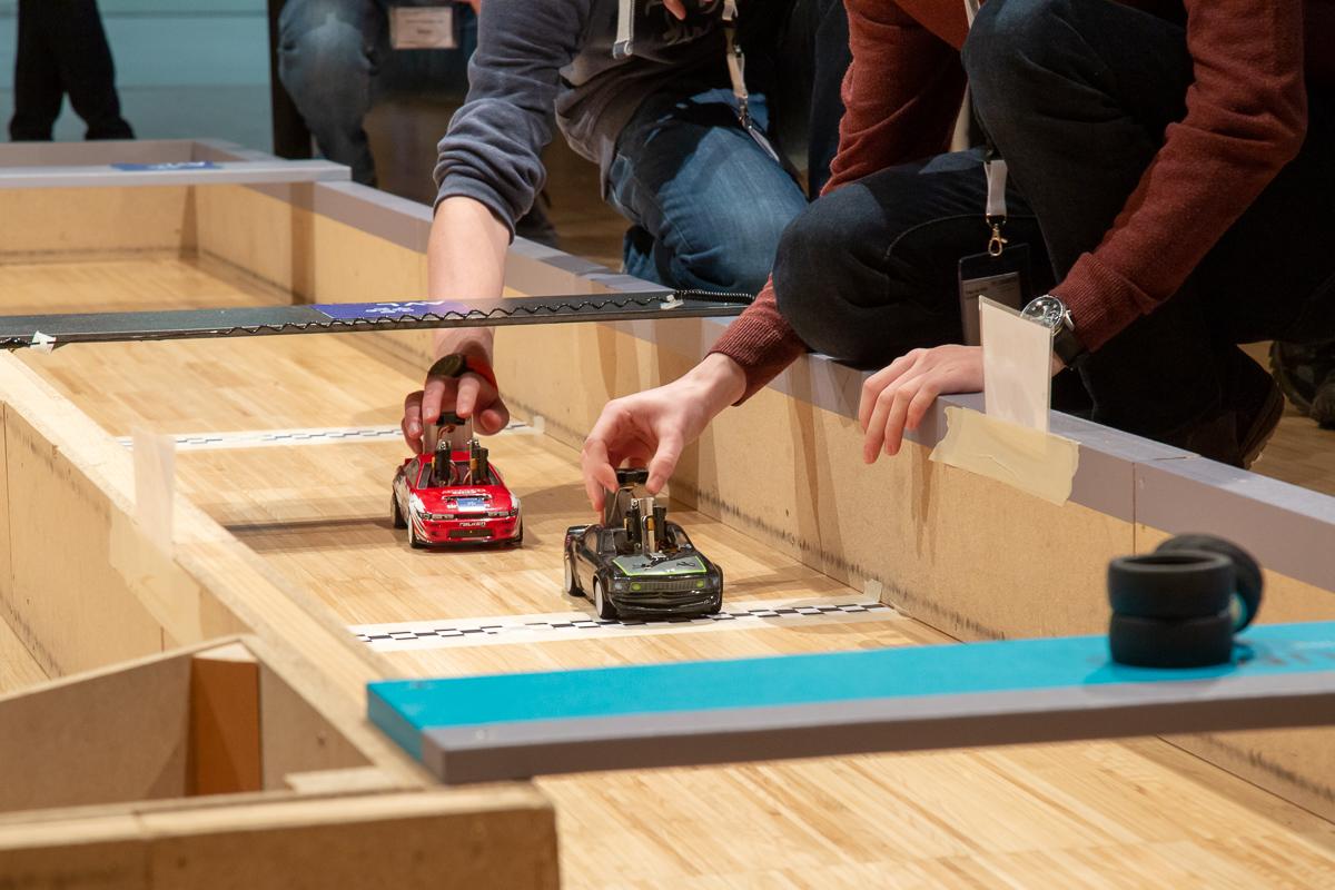 Autos werden von Personen per Knopfdruck gestartet.