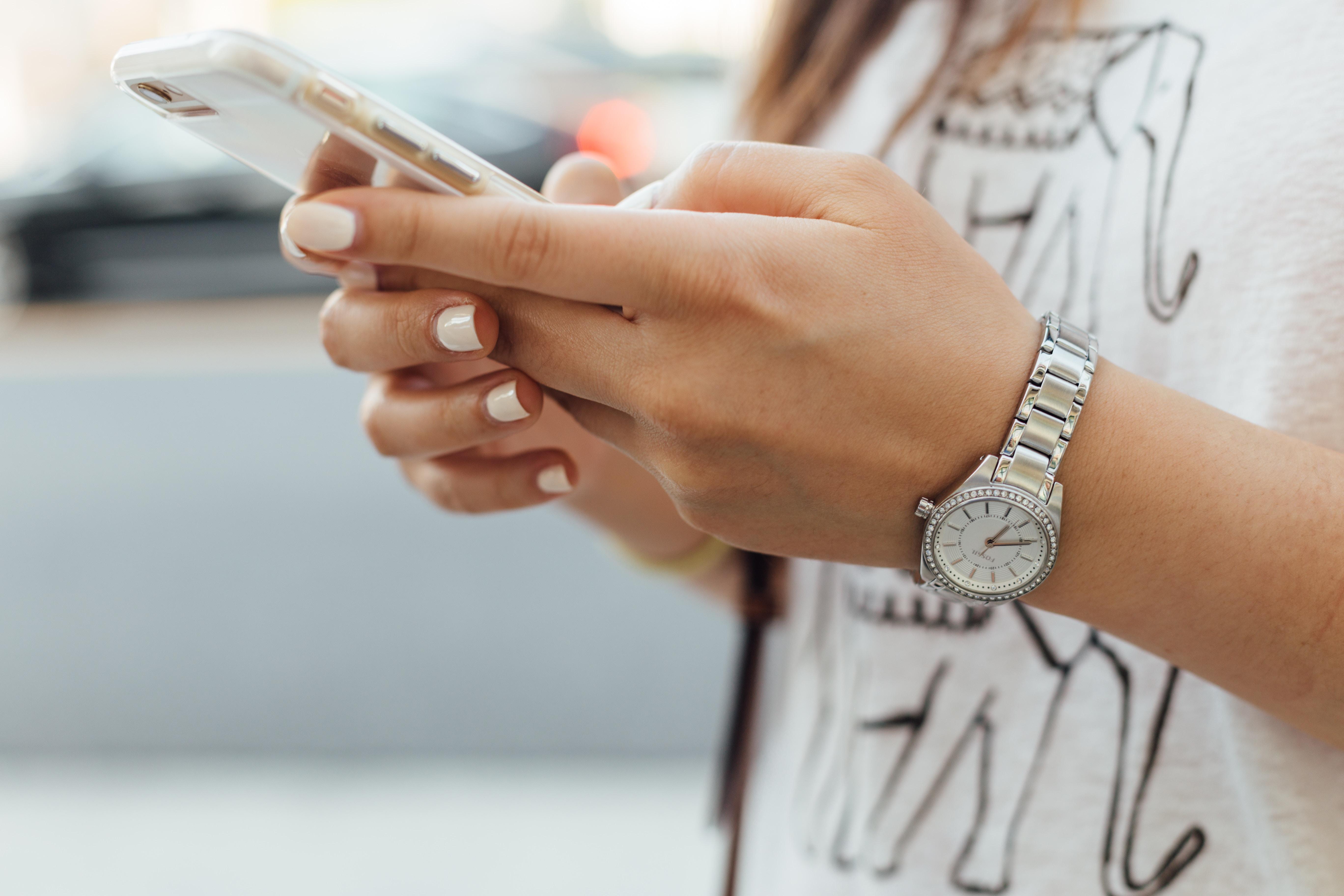 Frau tippt auf Smartphone.