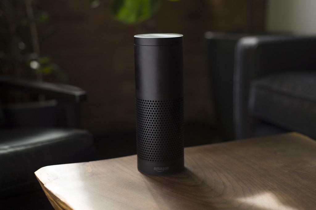 Ein Smart Speaker steht auf einem Tisch.