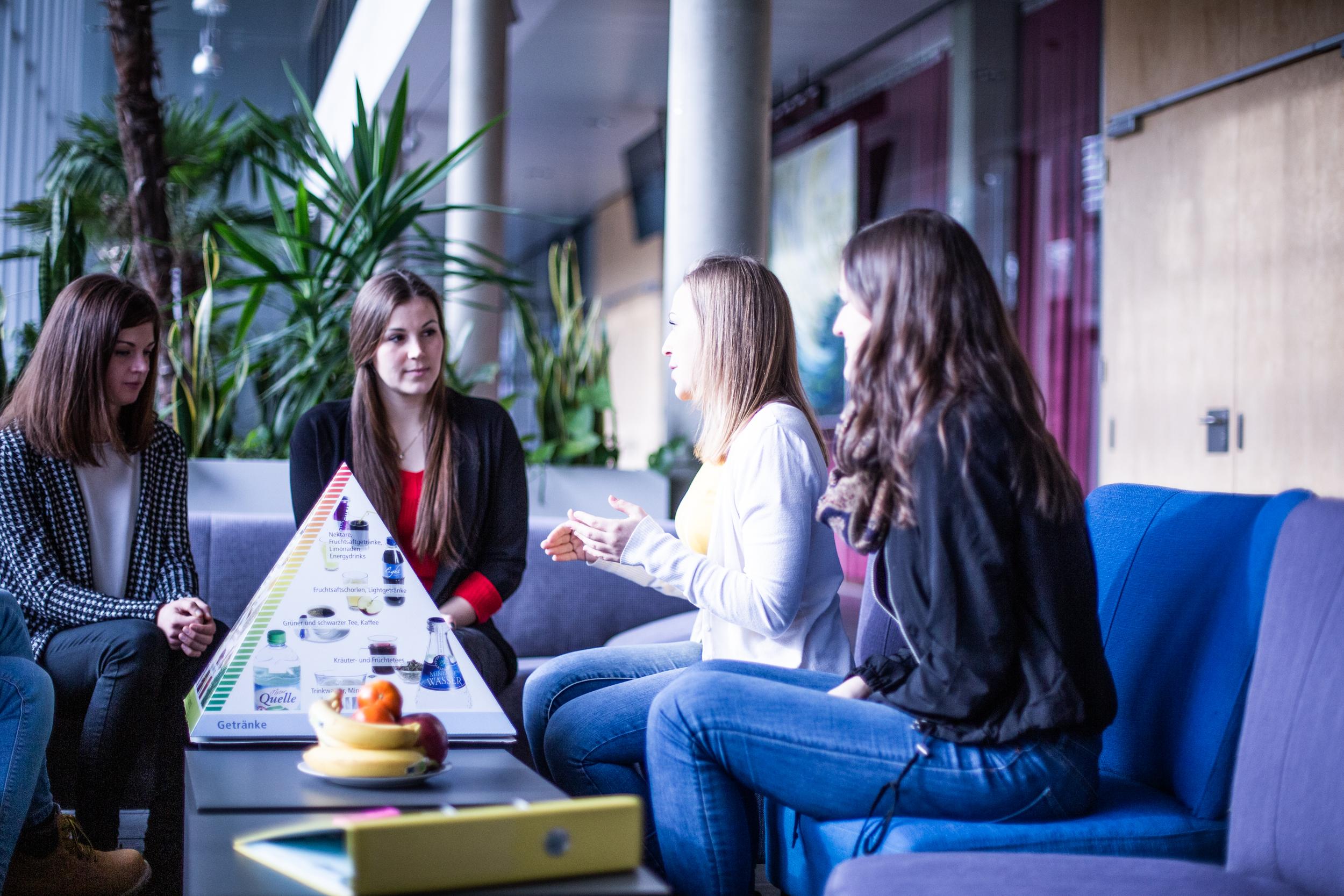 Susanne Werl und Studienkolleginnen sprechen über richtige Ernährung.
