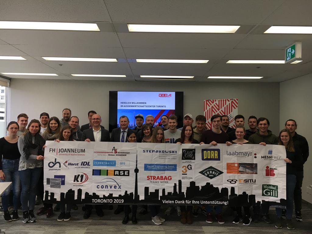 Foto mit allen Teilnehmerinnen und Teilnehmern im Außenwirtschaftscenter Toronto.