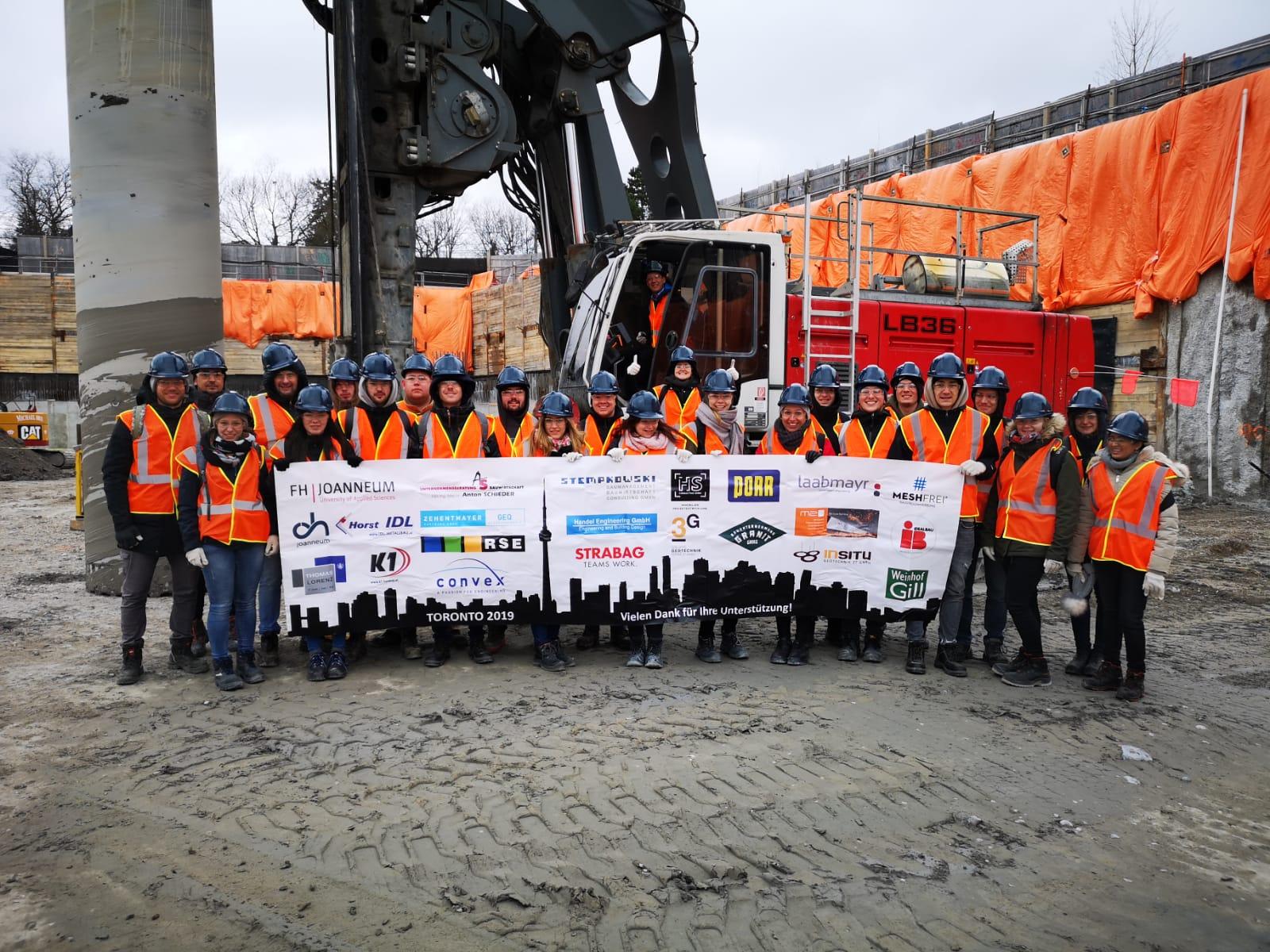Foto der Teilnehmerinnen und Teilnehmer auf einer Baustelle.