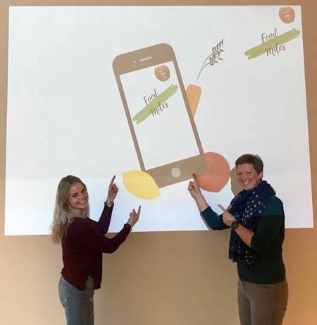 """Julia Prochiner und Friederike Reimers präsentieren ihre Idee für die Smartphone-App """"Food Miles""""."""