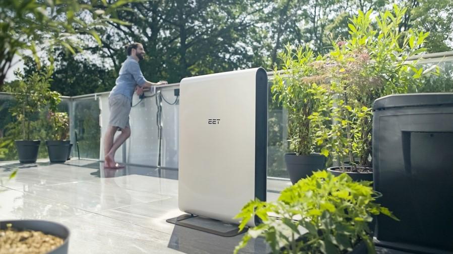 Das Photovoltaik-System SOLMATE auf einer Terrasse aufgestellt.